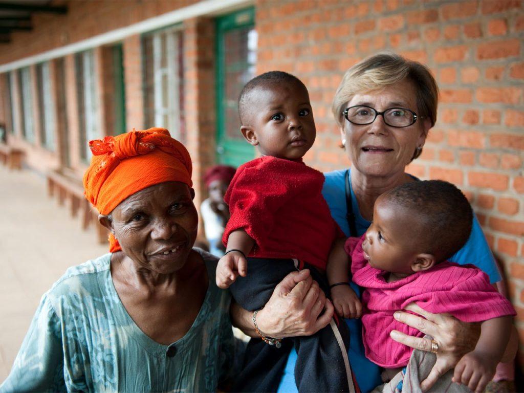 Mary Carmen, coordinadora del Centro Medico Social con familia ruandesa